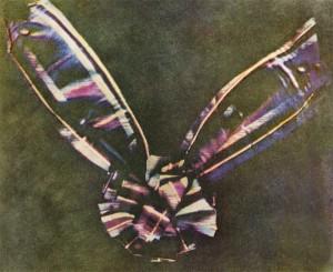 Een lint van tartan. Foto: Thomas Sutton en bewerkt door James Clerk Maxwell, 1861.