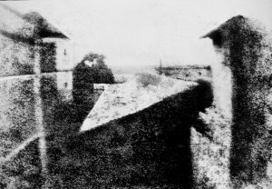 Uitzicht vanuit het raam in Le Gras. Foto: Joseph Nicéphore Niépce, 1826.